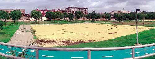 El solar donde se ubicará la escuela de golf se encuentra sin uso y degradado en la actualidad. Bermejales 2.000, la asociación mayoritaria, respalda este proyecto. / El Correo