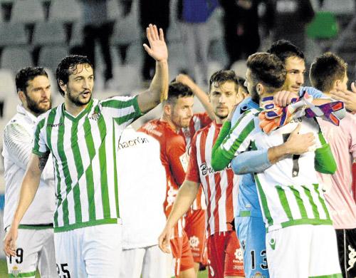 Los jugadores del Betis dan muestras de alegría después de vencer al Girona, el pasado sábado. / Manuel Gómez
