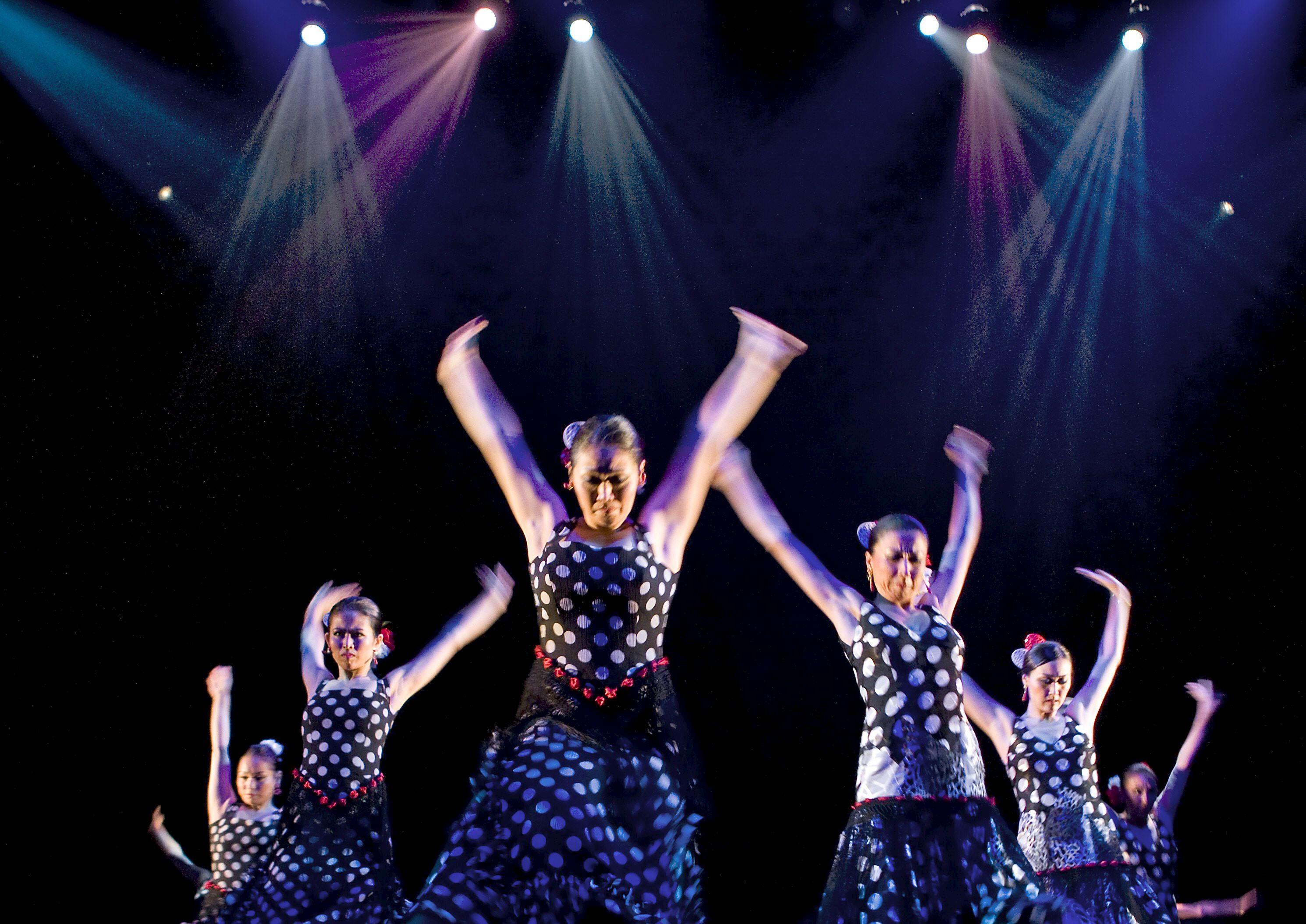Imagen de archivo de un espectáculo de la Bienal de Flamenco en el escenario del Teatro de la Maestranza. / Eduardo Abad (Efe)