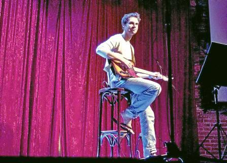 El cómico Álvaro Carmona, en una de sus actuaciones. / Stela Salinas