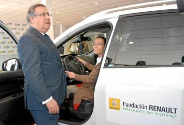 El alcalde Sevilla presidió la presentación de los vehículos en Syrsa. / El Correo