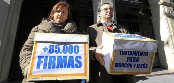 Los padres de Jesus y Marcos acuden con las mas de 85.000 firmas que han conseguido a su reunion con el SAS. / José Luis Montero