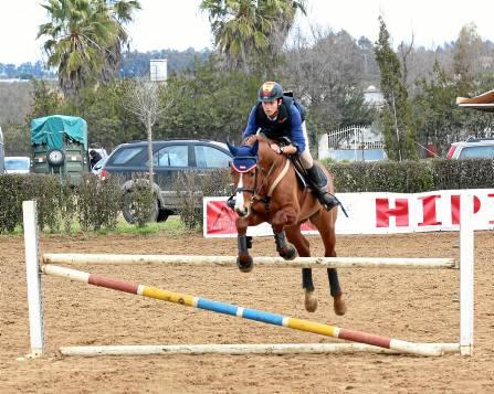 Uno de los participantes en el momento de saltar unos de los obstáculos. / J.A. Fernández Bernabé