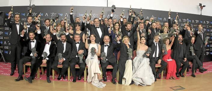 Foto de familia con todos los ganadores en la ceremonia de los Goya del sábado brindando para celebrar el resultado. / Víctor Lerena (Efe)