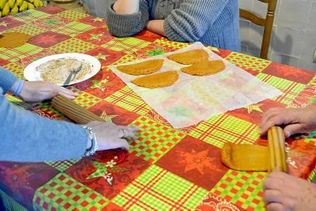 Muchas familias preparan juntas los entornaos caseros. / Francis J. González
