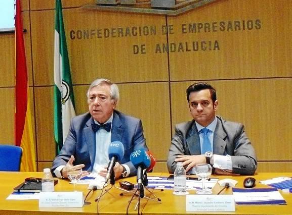 Manuel Ángel Martín (CEA) y Manuel Alejandro Cardenete, director de Economía de la Universidad Loyola Andalucía, ayer.