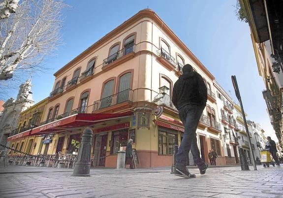 El Gran Poder ha comprado dos pisos en la plaza de San Lorenzo y un local en Conde de Barajas. / Pepo Herrera