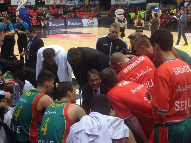 Luis Casimiro dirige un tiempo muerto durante el partido en Ostende / Foto: Baloncesto Sevilla