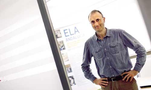 El voluntario de AsociaciónELA Andalucía, Carlos López, posando en la sede que la entidad tiene en Sevilla. / PEPO HERRERA