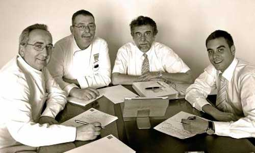Los reponsables del nuevo concepto gastronómico de Barceló con el doctor Escribano (segundo dcha.). / El Correo