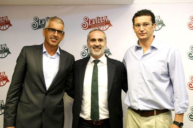 Benito Doblado (izquierda), junto a Galilea y Raúl Pérez el día de su presentación / EFE