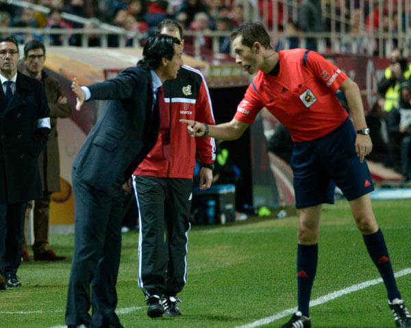 Emery, hablando con el colegiado (Foto: Manuel Gómez)