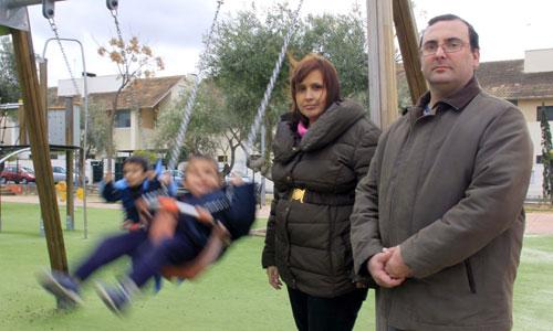 Marcos y Jesús, junto a sus padres, necesitan un tratamiento que ralentice su enfermedad. Foto: José Luis Montero