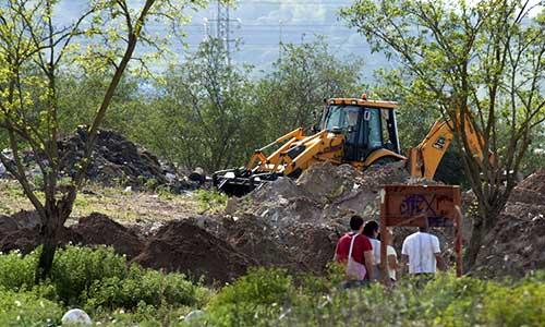 La excavadora ha vuelto a la escombrera de Camas, aunque esta vez a un punto distinto al que se buscó el año pasado. / J.M. Paisano