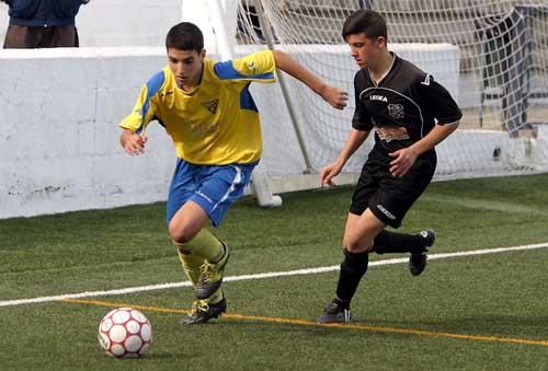 Jesús Vega trata de escapar de la presión de un rival del Calavera en cadetes. / Rodríguez Aparicio