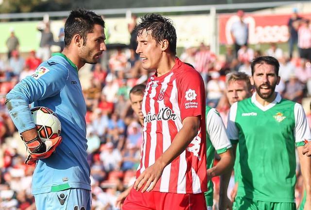 Adán se encara con un jugador del Girona en el choque de la primera vuelta / Foto: LFP