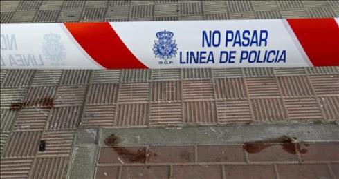 Cordón policial en las puertas de la vivienda incendiada en Nervión. / EFE
