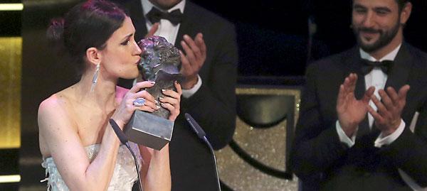 La actriz Nerea Barros con el Goya como la Mejor Actriz Revelación por 'La Isla Mínima'. / EFE