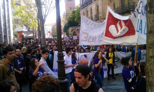 Un momento de la protesta estudiantil por las calles del centro de Sevilla.