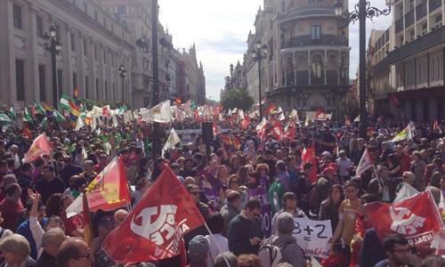 Miles de personas procedentes de toda Andalucía se manifiestan por las calles de Sevilla. / EFE