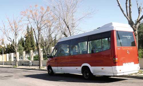 El microbús de Gelves en su parada del cementerio municipal. Bajo está línea, el trayecto que recorre.
