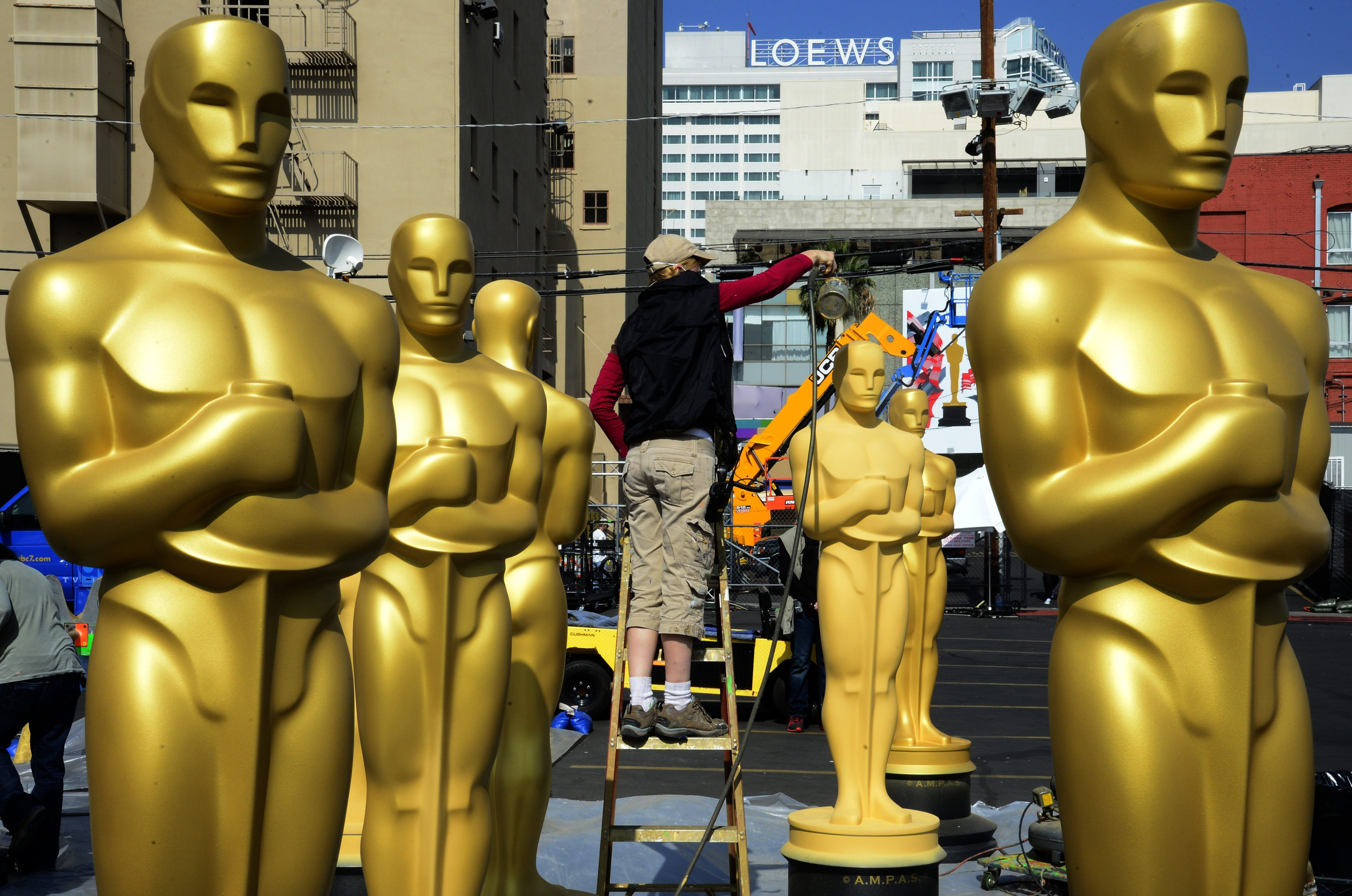 Un operario trabajaba ayer en los preparativos para la ceremonia de los Oscars que tendrá lugar hoy. / Michael Nelson (Efe)