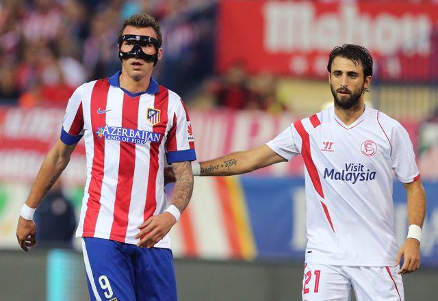 Pareja pugna con Mandzukic en el Atlético de Madrid-Sevilla / Foto: EFE