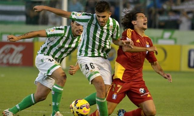 Dani Ceballos y Lolo Reyes pugnan con Pedro Ríos en el Betis-Recre / Foto: Manuel Gómez