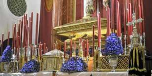 Lirios morados como contrapunto al dorado y el rojo reinantes en el altar de la capilla de San Gregorio. / R.A.