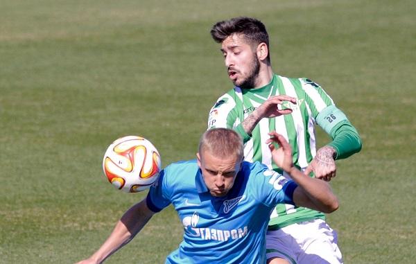 Álvaro Vadillo pugna con un jugador del Zenit / Foto: Manuel Gómez