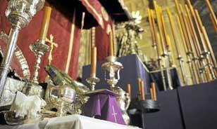 Aderezos de todo tipo en el serio altar de quinario de la hermandad del Valle. / R.A.