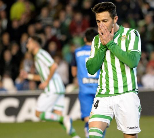 Rubén Castro lamenta un fallo contra el Sabadell / Foto: Manuel Gómez