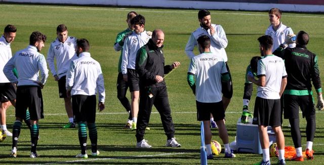 Pepe Mel pasea entre varios de sus futbolistas / Foto: Manuel Gómez