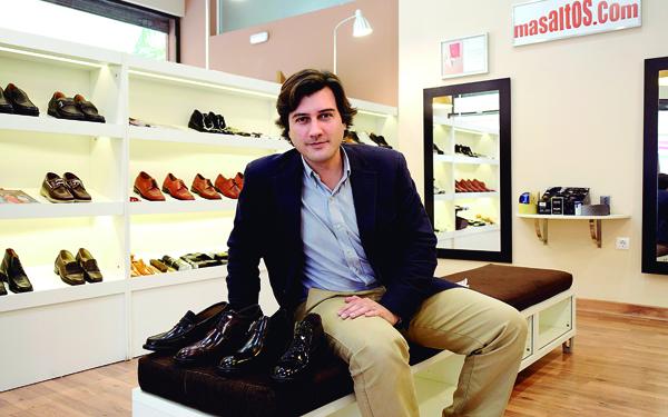 Antonio Fagundo, propietario de Zapatos Más Altos, empresa que regenta desde hace cinco años, cuando sus padres le pasaron el testigo. / fotos: Manuel Gómez