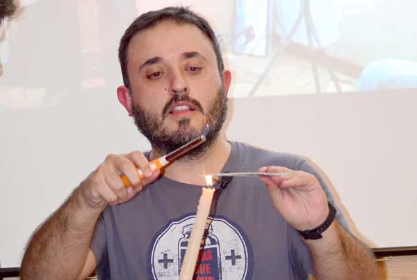 El divulgador Antonio Martinez Ron dando una charla dentro del ciclo 'El Bulevar', en la Alameda de Hércules. / Jesús Barrera