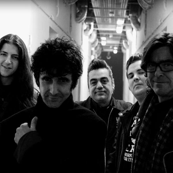 Los Trogloditas, en su formación actual. Con nuevo cantante, la banda estará hoy en la sala Long Rock. / El Correo
