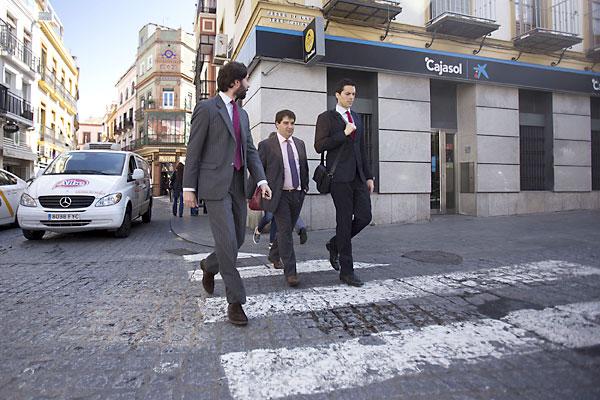 Polémico paso de peatones en la esquina de la calle Águilas con Ángel María Camacho.