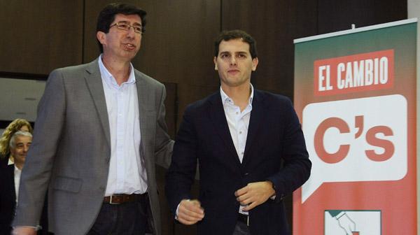 El presidente de Ciudadanos, Albert Rivera (d), y el candidato del partido a la presidencia de la junta de Andalucía, Juan Marín (i), durante la presentación de la campaña de Ciudadanos hoy en Sevilla. EFE/ Raúl Caro