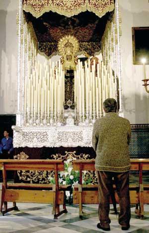 Son muchos los sevillanos que aguardan con ilusión ver a la Virgen de la Amargura en su paso. / Antonio Acedo