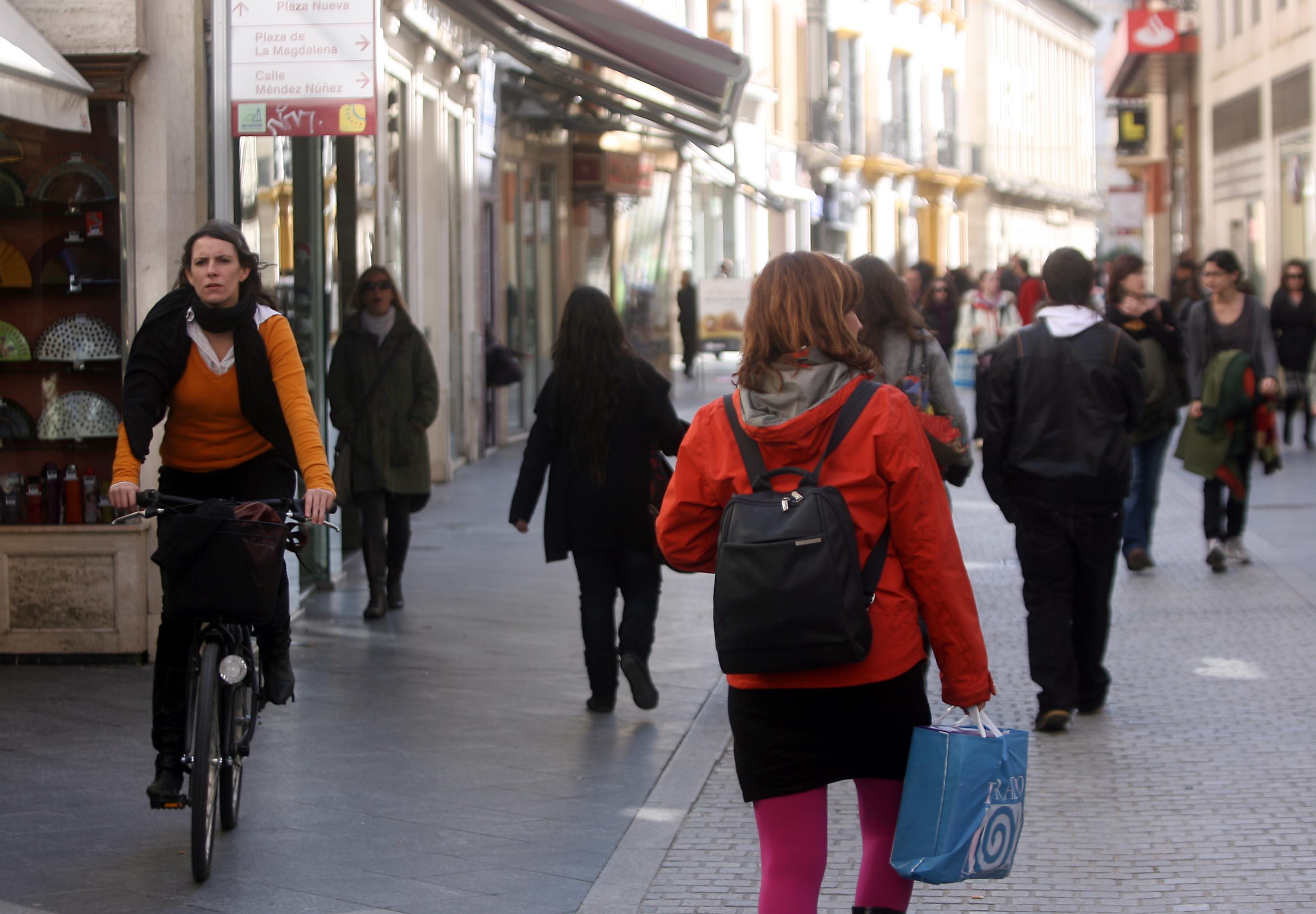 La calle Sierpes, la que tiene los locales comerciales más caros de Sevilla. / Antonio Acedo