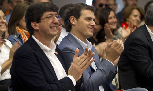 El presidente de Ciudadanos, Albert Rivera (d), junto con el candidato de su partido a la Presidencia de la Junta de Andalucía, Juan Marín, en un mitin celebrado en Cádiz. / EFE