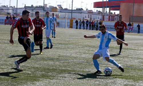 El futbolista Lúa, a la derecha, centrando el esférico ante la atenta presión de un rival en el encuentro ante el Cabecense. / Álvaro García
