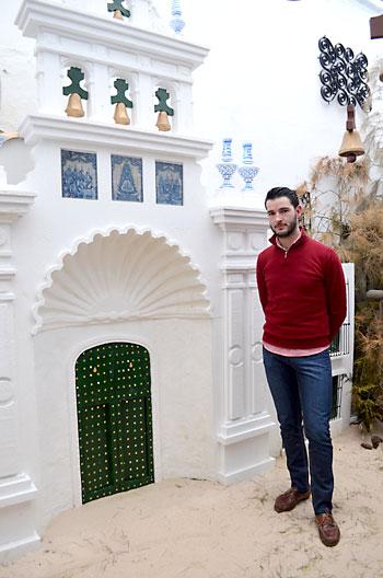 Francisco Javier Rodríguez, junto a la réplica de la ermita del Rocío. / S. C.