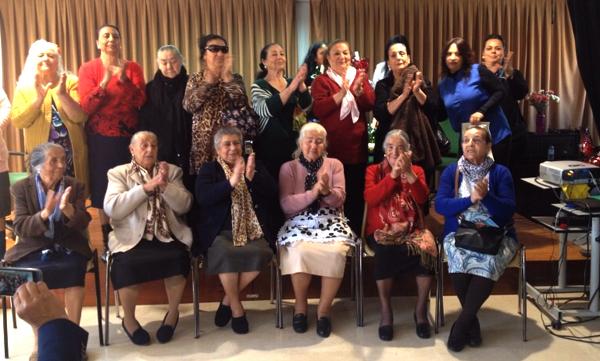 Homenaje a las mujeres ancianas gitanas del Polígono Sur.
