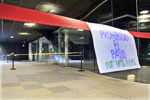 El accidente se produjo al desprenderse de golpe la puerta de salida del Antiquarium. / José Luis Montero