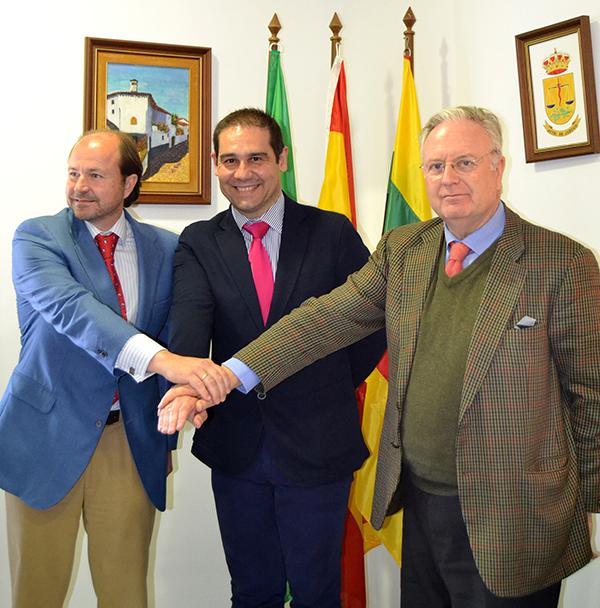 Guillermo García-Palacios Álvarez; el alcalde de Jabugo, José Luis Ramos, y Tomás Osborne, ayer. / El Correo