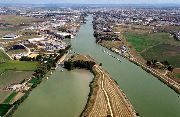 El río Guadalquivir, en 2005, a su paso por Sevilla, con la antigua esclusa a la izquierda.