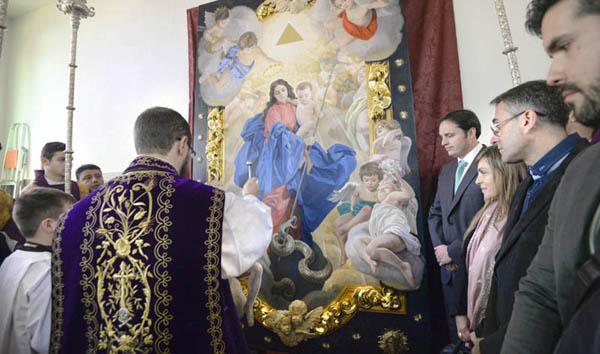 Momento de la bendición del techo de palio por el padre Salvador Aguilera, quien regaló a la dolorosa un rosario del Papa. / Fotos:Inma Flores