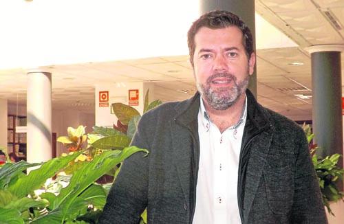 El alcalde gelveño, José Luis Benavente, en el patio interior de la casa consistorial. / A. P.
