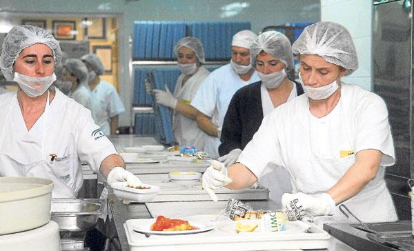 Mujeres trabajando en la cocina de un hospital. / EFE